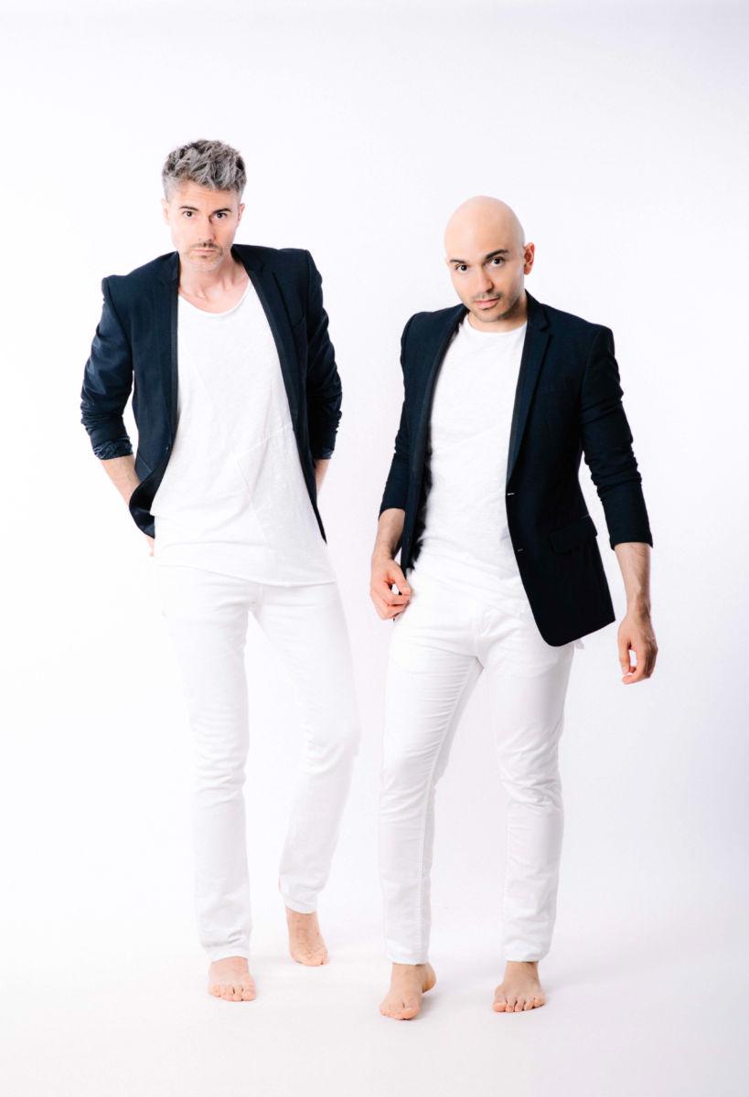 dos hombres jóvenes atractivos bien vestidos en calles de Barcelona